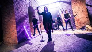 Ensinäyttö: Red Eleven esittelee runsaasti kasarivivahteita sisältävää uutta levyään kauhuklassikon innoittamalla Handled with Chaos -singlellä ja videolla